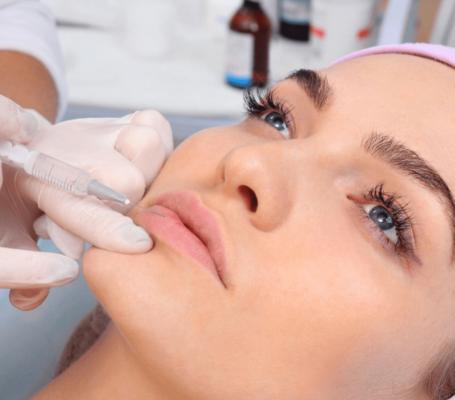 Получить объем и выровнять контур поможет мезотерапия губ