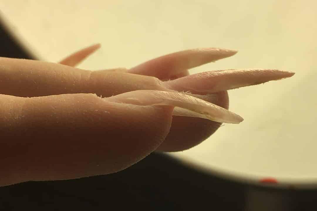 почему ногти на руках загибаются вниз