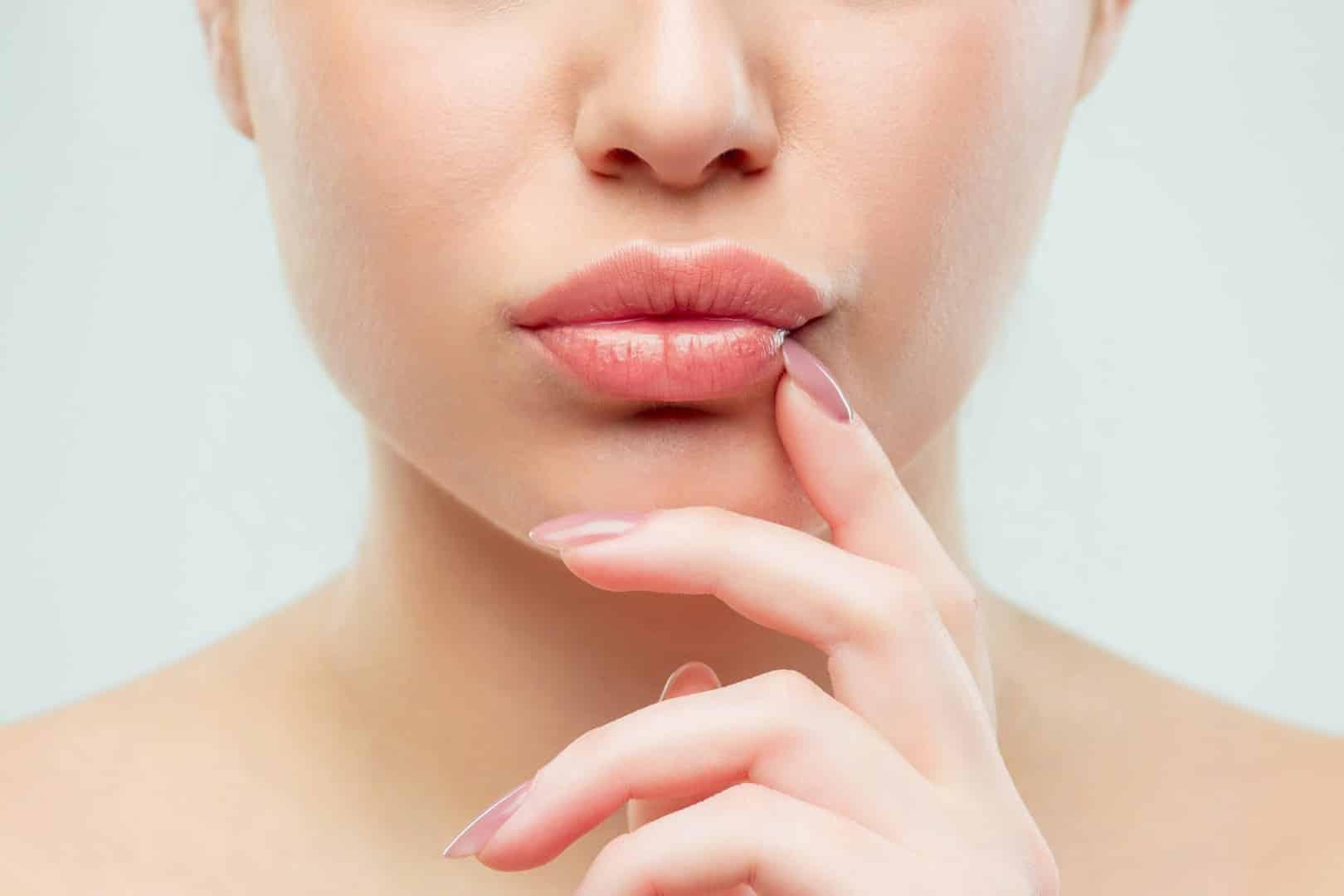 Контурная пластика губ гиалуроновой кислотой имеет