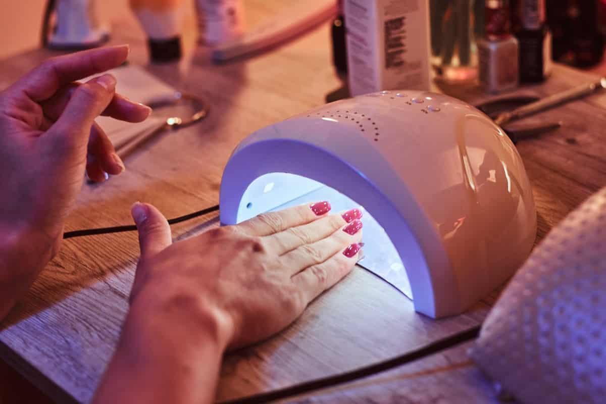 почему печет ногти в лампе