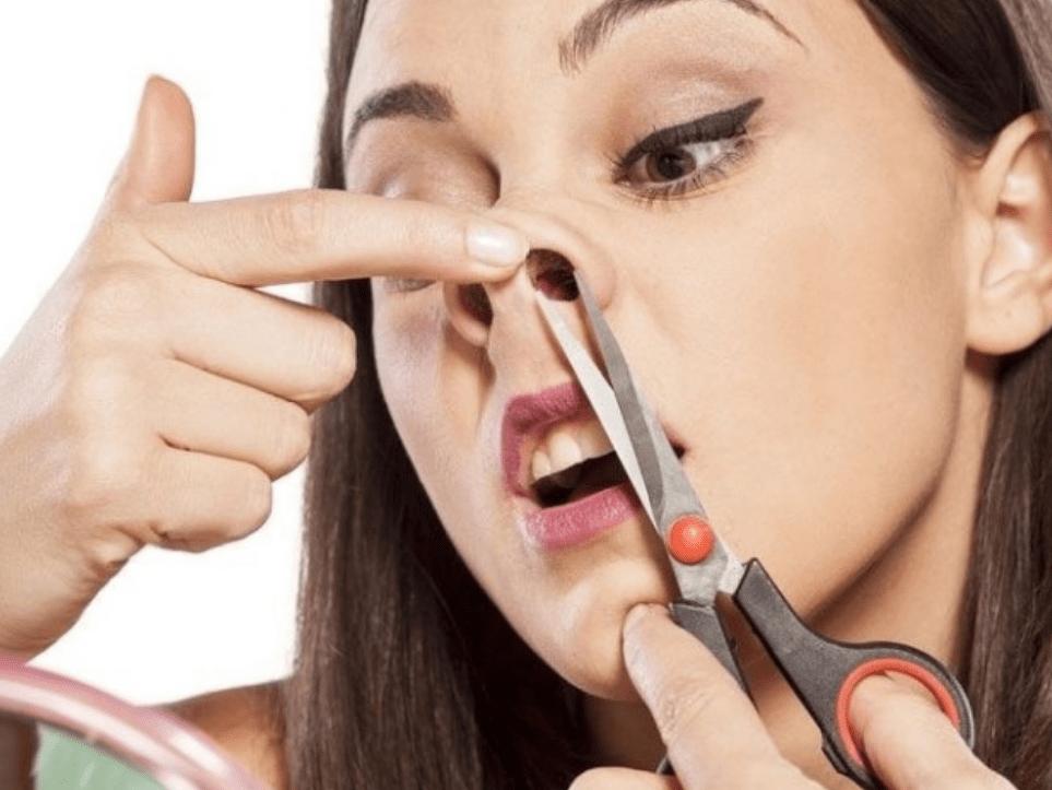 Удаление волос из носа воском